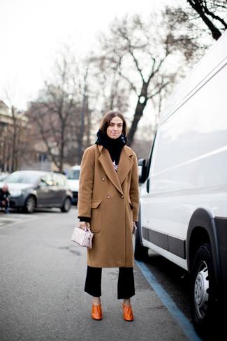 Wie kombinieren: beige Mantel, schwarzer und weißer bedruckter Pullover mit einer Kapuze, schwarze Schlaghose, orange Leder Pumps
