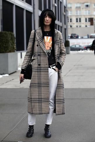 Wie kombinieren: hellbeige Mantel mit Schottenmuster, schwarzer Pullover mit einer Kapuze, schwarzes bedrucktes T-Shirt mit einem Rundhalsausschnitt, weiße Jeans
