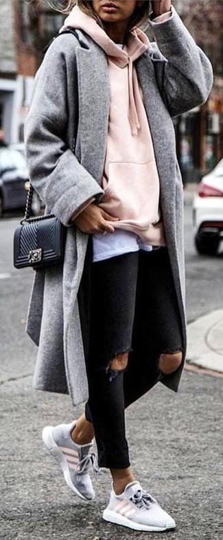 Wie kombinieren: grauer Mantel, rosa Pullover mit einer Kapuze, weißes T-Shirt mit einem Rundhalsausschnitt, schwarze enge Jeans mit Destroyed-Effekten