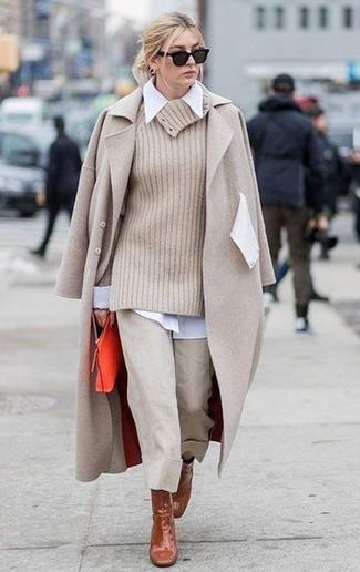 Braune Leder Stiefeletten kombinieren – 173 Damen Outfits: Probieren Sie diese Kombination aus einem hellbeige Mantel und einem hellbeige Hosenrock, um einen schicken Look zu zaubern. Komplettieren Sie Ihr Outfit mit braunen Leder Stiefeletten.