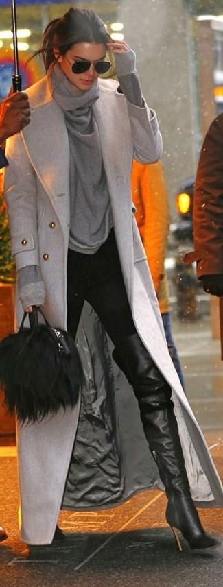 20 Jährige: Dunkelgrauen Pullover mit einer weiten Rollkragen kombinieren – 2 Smart-Casual Damen Outfits: Diese Paarung aus einem dunkelgrauen Pullover mit einer weiten Rollkragen und einer schwarzen enger Hose schafft die perfekte Balance zwischen unkompliziertem Trend-Look und zeitgenössische Stil. Fühlen Sie sich mutig? Wählen Sie schwarzen Overknee Stiefel aus Leder.