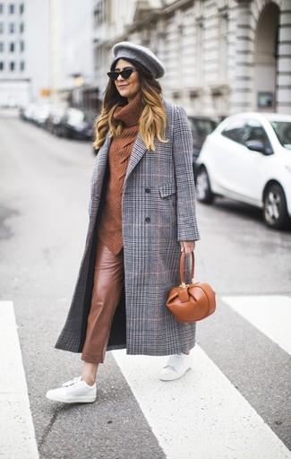 Wie kombinieren: grauer Mantel mit Schottenmuster, rotbrauner Pullover mit einer weiten Rollkragen, braune enge Hose aus Leder, weiße Leder niedrige Sneakers