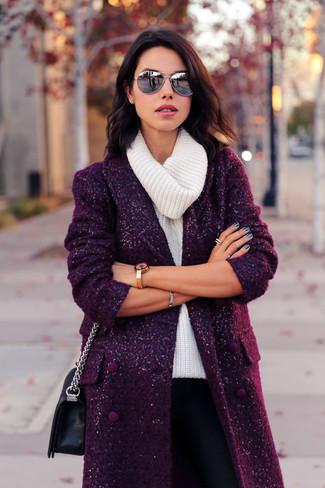 Wie kombinieren: dunkellila Mantel, weißer Pullover mit einer weiten Rollkragen, schwarze enge Hose, schwarze Leder Umhängetasche