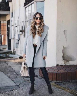 Wie kombinieren: grauer Mantel, weißer Pullover mit einer weiten Rollkragen, schwarze enge Jeans, schwarze Wildleder Stiefeletten