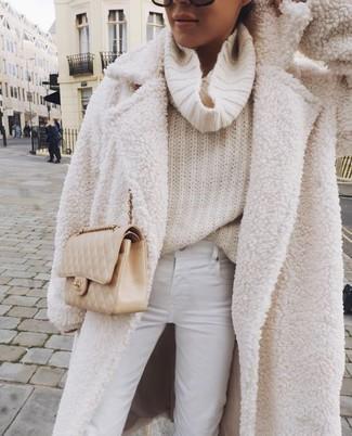 Hellbeige gesteppte Leder Umhängetasche kombinieren – 44 Damen Outfits: Kombinieren Sie einen weißen Fleece-Mantel mit einer hellbeige gesteppten Leder Umhängetasche, umein entspanntes Outfit zu erzielen, der in der Garderobe der Frau auf keinen Fall fehlen darf.
