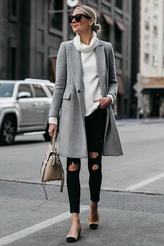 Wie kombinieren: grauer Mantel, weißer Pullover mit einer weiten Rollkragen, schwarze enge Jeans mit Destroyed-Effekten, schwarze und gelbbraune Wildleder Pumps