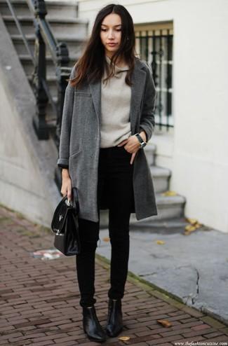 Dunkelgrauen Pullover mit einer weiten Rollkragen kombinieren – 36 Damen Outfits: Probieren Sie diese Kombi aus einem dunkelgrauen Pullover mit einer weiten Rollkragen und schwarzen engen Jeans, um eine lockere Atmosphäre zu schaffen. Schwarze Leder Stiefeletten sind eine perfekte Wahl, um dieses Outfit zu vervollständigen.