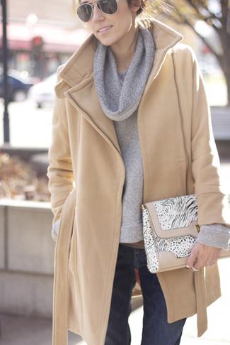 Dunkelgrauen Pullover mit einer weiten Rollkragen kombinieren – 36 Damen Outfits: Erwägen Sie das Tragen von einem dunkelgrauen Pullover mit einer weiten Rollkragen und dunkelblauen Jeans für einen stilvollen Alltags-Look.