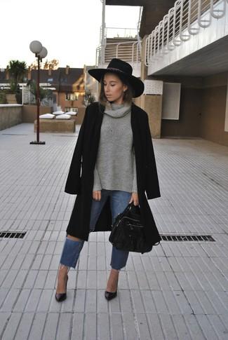 Dunkelgrauen Pullover mit einer weiten Rollkragen kombinieren – 36 Damen Outfits: Möchten Sie ein schönes Freizeit-Outfit zaubern, ist diese Kombination aus einem dunkelgrauen Pullover mit einer weiten Rollkragen und blauen Jeans mit Destroyed-Effekten Ihre Wahl. Dieses Outfit passt hervorragend zusammen mit schwarzen Leder Pumps.