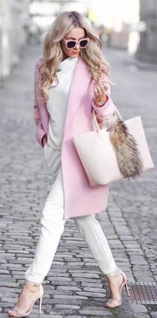 Wie kombinieren: rosa Mantel, weißer Pullover mit einer weiten Rollkragen, weiße Karottenhose, hellbeige Leder Sandaletten
