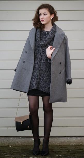 Dunkelgrauen Pullover mit einer weiten Rollkragen kombinieren – 16 Smart-Casual Damen Outfits: Möchten Sie ein lockeres Outfit erreichen, ist die Kombination aus einem dunkelgrauen Pullover mit einer weiten Rollkragen und einem schwarzen Minirock Ihre Wahl. Schwarze Leder Pumps sind eine gute Wahl, um dieses Outfit zu vervollständigen.