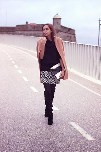 Wie kombinieren: beige Mantel, schwarzer Pullover mit einer weiten Rollkragen, schwarzer und weißer Minirock mit geometrischen Mustern, schwarze kniehohe Stiefel aus Wildleder