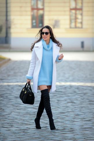 Wie kombinieren: weißer Mantel, türkiser Strick Pullover mit einer weiten Rollkragen, schwarze Overknee Stiefel aus Wildleder, schwarze Satchel-Tasche aus Wildleder