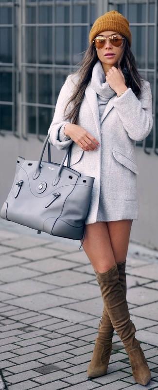 Dunkelgrauen Pullover mit einer weiten Rollkragen kombinieren – 36 Damen Outfits: Vereinigen Sie einen dunkelgrauen Pullover mit einer weiten Rollkragen mit einem grauen Mantel, um einen modischen Freizeit-Look zu erreichen. Fühlen Sie sich mutig? Entscheiden Sie sich für braunen Overknee Stiefel aus Wildleder.