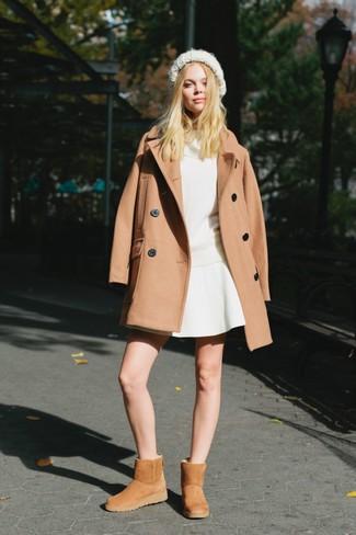 Wie kombinieren: beige Mantel, weißer Pullover mit einer weiten Rollkragen, weißer Skaterrock, beige Ugg Stiefel