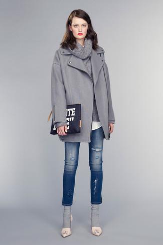 Dunkelgrauen Pullover mit einer weiten Rollkragen kombinieren – 36 Damen Outfits: Um einen schlichten und lockeren City-Look zu erhalten, probieren Sie diese Kombination aus einem dunkelgrauen Pullover mit einer weiten Rollkragen und blauen engen Jeans mit Destroyed-Effekten. Hellbeige Leder Pumps sind eine perfekte Wahl, um dieses Outfit zu vervollständigen.