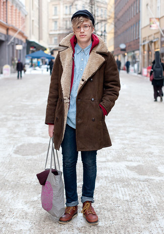 Die modische Kombination aus einem braunen Mantel und dunkelblauen Jeans ist perfekt für einen Tag im Büro. Machen Sie diese Aufmachung leger mit braunen Lederarbeitsstiefeln.