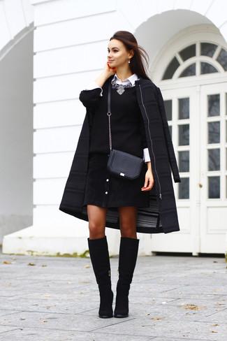 Halten Sie Ihr Outfit locker mit einem Schwarzen Mantel und einem Schwarzen Rock mit Knöpfen. Wählen Sie Schwarzen Kniehohe Stiefel aus Wildleder, um Ihr Modebewusstsein zu zeigen.