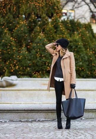 Vereinigen Sie einen beige Mantel mit schwarzen engen Jeans für ein sonntägliches Mittagessen mit Freunden. Ergänzen Sie Ihr Look mit schwarzen Wildleder Stiefeletten.