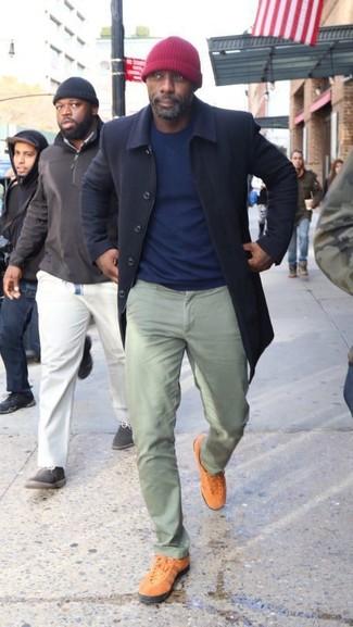 Idris Elba trägt Dunkelblauer Mantel, Dunkelblauer Pullover mit Rundhalsausschnitt, Mintgrüne Chinohose, Rotbraune Niedrige Sneakers