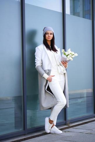 Vereinigen Sie einen Grauen Mantel mit einer Weißen Chinohose, um einen schicken, glamurösen Outfit zu schaffen. Weiße Niedrige Sneakers verleihen einem klassischen Look eine neue Dimension.