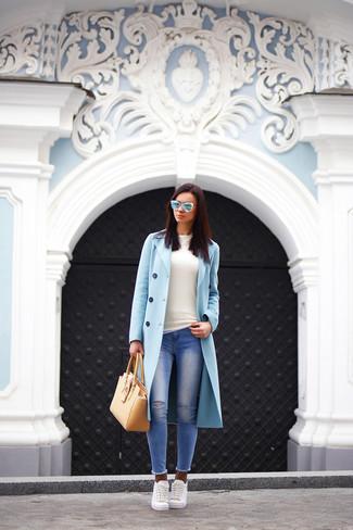 Die Paarung aus einem hellblauen Mantel und blauen Engen Jeans mit Destroyed-Effekten ist eine komfortable Wahl, um Besorgungen in der Stadt zu erledigen. Fühlen Sie sich ideenreich? Komplettieren Sie Ihr Outfit mit weißen Niedrigen Sneakers.