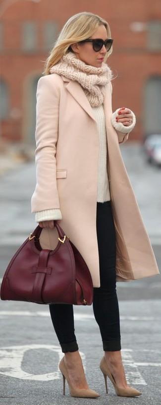 Tragen Sie einen rosa Mantel und schwarzen enge Jeans, um einen lockeren, aber dennoch stylischen Look zu erhalten. Beige Wildleder Pumps sind eine gute Wahl, um dieses Outfit zu vervollständigen.