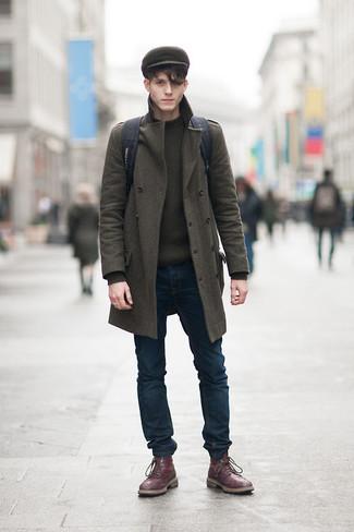 Vereinigen Sie einen olivgrünen Mantel mit dunkelblauen Jeans für einen für die Arbeit geeigneten Look. Vervollständigen Sie Ihr Look mit dunkelroten Lederstiefeln.