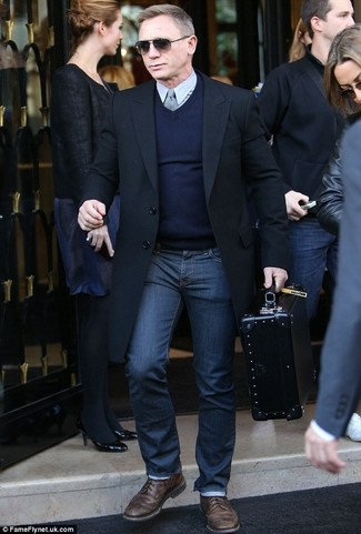 Daniel Craig trägt Schwarzer Mantel, Dunkelblauer Pullover mit V-Ausschnitt, Graues Businesshemd, Dunkelblaue Jeans