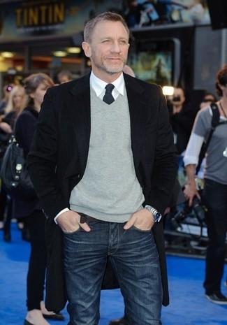 Daniel Craig trägt Schwarzer Mantel, Grauer Pullover mit V-Ausschnitt, Weißes Businesshemd, Dunkelblaue Jeans