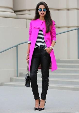 Vereinigen Sie einen fuchsia Mantel mit einer schwarzen enger Hose aus Leder für Ihren Bürojob. Komplettieren Sie Ihr Outfit mit schwarzen Leder Pumps.