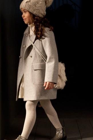 Wie kombinieren: hellbeige Mantel, hellbeige Pullover, hellbeige Rock, goldene Stiefel