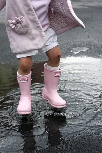 Wie kombinieren: rosa Mantel, rosa Pullover, weiße Shorts, rosa Gummistiefel