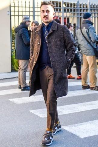 Dunkelblaue und weiße horizontal gestreifte Krawatte kombinieren: trends 2020: Erwägen Sie das Tragen von einem dunkelbraunen Mantel und einer dunkelblauen und weißen horizontal gestreiften Krawatte für einen stilvollen, eleganten Look. Fühlen Sie sich ideenreich? Vervollständigen Sie Ihr Outfit mit braunen Sportschuhen.