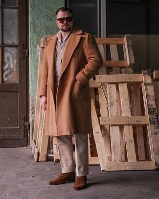 Herren Outfits 2021: Erwägen Sie das Tragen von einem rotbraunen Mantel und einer hellbeige Anzughose, um vor Klasse und Perfektion zu strotzen. Wählen Sie die legere Option mit braunen Chelsea Boots aus Wildleder.