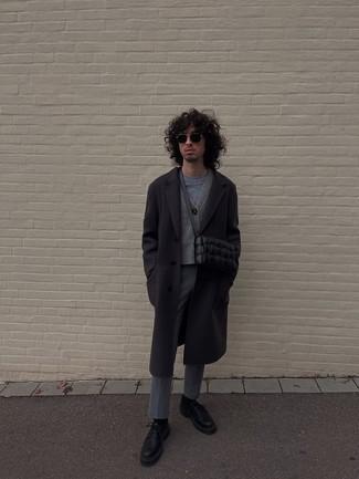 Schwarzen Mantel kombinieren – 843+ Herren Outfits: Tragen Sie einen schwarzen Mantel und eine graue Chinohose, um einen eleganten, aber nicht zu festlichen Look zu kreieren. Komplettieren Sie Ihr Outfit mit schwarzen Leder Derby Schuhen, um Ihr Modebewusstsein zu zeigen.