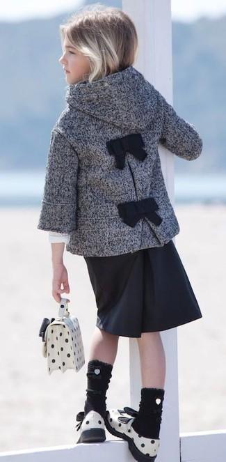 Wie kombinieren: grauer Mantel, schwarzer Rock, weiße Ledersandalen, weiße Tasche