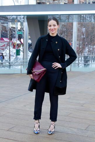 Wie kombinieren  schwarzer Mantel, schwarzer Rollkragenpullover, schwarze  Anzughose, weiße und blaue Leder b6bc0f7c2d