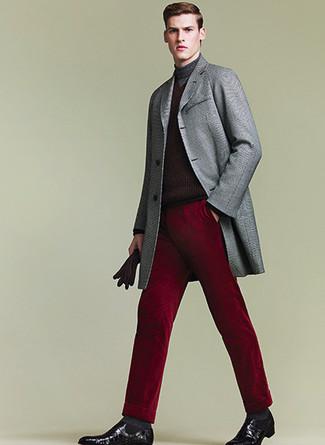 Wie kombinieren: grauer Mantel, dunkelroter Rollkragenpullover, dunkelrote Anzughose, schwarze Chelsea-Stiefel aus Leder