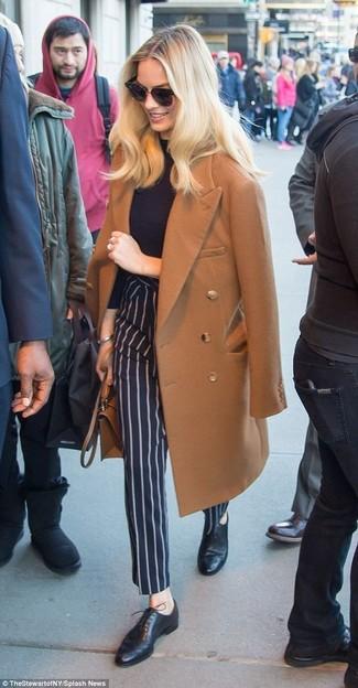 Wie kombinieren: brauner Mantel, schwarzer Rollkragenpullover, dunkelblaue vertikal gestreifte Anzughose, schwarze Leder Oxford Schuhe