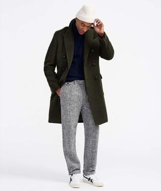 Wie kombinieren: olivgrüner Mantel, dunkelblauer Rollkragenpullover, graue Wollanzughose, weiße niedrige Sneakers