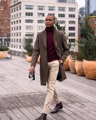 Wie kombinieren: brauner Mantel mit Vichy-Muster, dunkelroter Rollkragenpullover, hellbeige Anzughose, dunkelbraune Chelsea-Stiefel aus Leder
