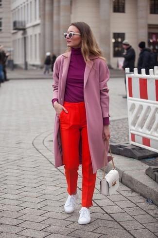 Rosa Mantel kombinieren – 153 Damen Outfits: Vereinigen Sie einen rosa Mantel mit einer roten Anzughose, umeinen eleganten Freizeit-Look zuerhalten, der in der Garderobe der Frau auf keinen Fall fehlen darf. Fühlen Sie sich ideenreich? Ergänzen Sie Ihr Outfit mit weißen Leder niedrigen Sneakers.