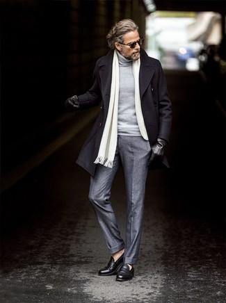 Weißen Schal kombinieren: trends 2020: Erwägen Sie das Tragen von einem schwarzen Mantel und einem weißen Schal für einen entspannten Wochenend-Look. Fühlen Sie sich ideenreich? Ergänzen Sie Ihr Outfit mit schwarzen Leder Slippern.