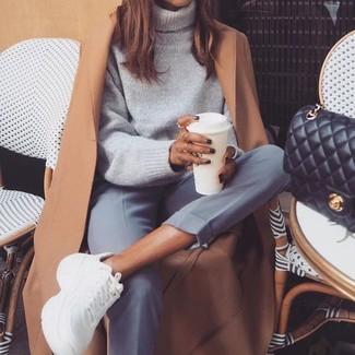 Wie kombinieren: beige Mantel, grauer Wollrollkragenpullover, graue Anzughose, weiße Sportschuhe