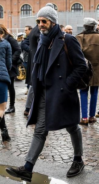 Wie kombinieren: dunkelblauer Mantel, schwarzer Rollkragenpullover, graue Wollanzughose, schwarze Wildleder Derby Schuhe
