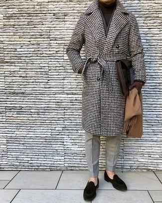 Wie kombinieren: brauner Mantel mit Hahnentritt-Muster, dunkelbrauner Rollkragenpullover, graue Wollanzughose, schwarze Wildleder Slipper