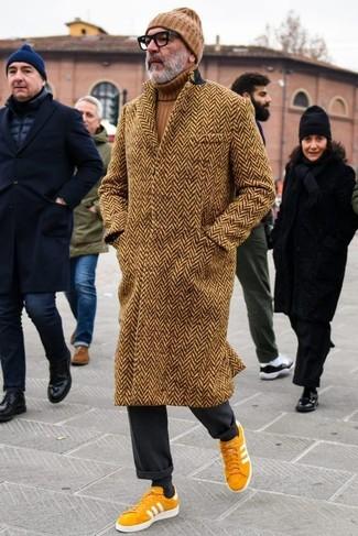 Wie kombinieren: brauner Mantel mit Fischgrätenmuster, brauner Rollkragenpullover, schwarze Anzughose, senf Wildleder niedrige Sneakers