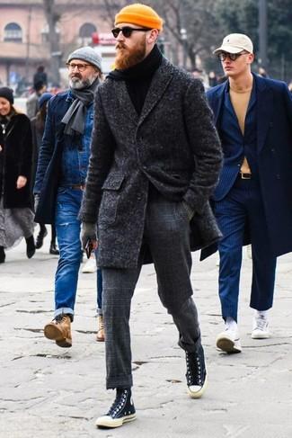 Wie kombinieren: dunkelgrauer Mantel, schwarzer Rollkragenpullover, dunkelgraue Wollanzughose mit Karomuster, schwarze hohe Sneakers aus Segeltuch