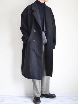 Wie kombinieren: schwarzer Mantel, schwarzer Rollkragenpullover, graue Anzughose mit Schottenmuster, schwarze Leder Derby Schuhe